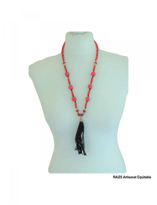 Long necklace with raffia balls